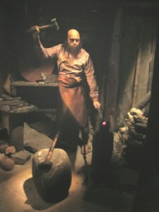 8b- artisan-blacksmithhammering hot metal -Saga museum - Photo BB